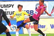 Exteplický Petr Benát v Teplicích se snaží zastavit svého bývalého spoluhráče Michala Doležala.