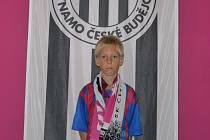 Devítiletý Lukáš Rychlý z Borovan v minulém domácím utkání Dynama s Libercem vyhrál v poločasové soutěží hlavní cenz, kterou je zájezd za třicet tisíc korun.
