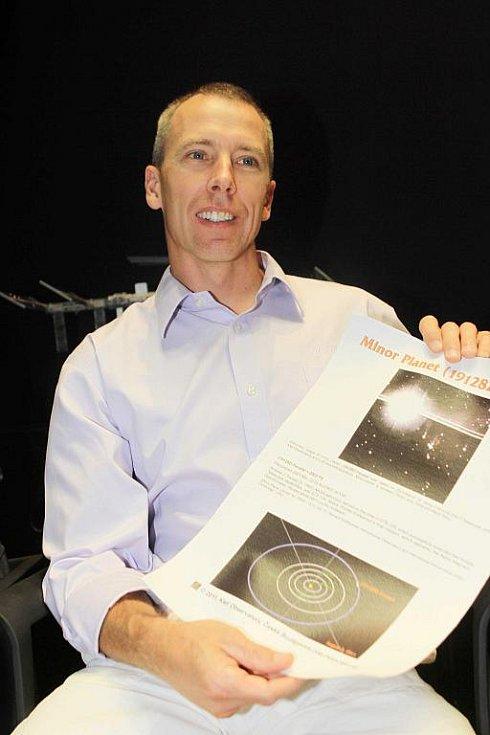 České Budějovice ve středu navštívil americký kosmonaut Andrew Feustel (na snímku), který si s sebou do kosmu vzal loutku Krtečka. Snímky jsou z tiskové besedy v českobudějovickém planetáriu a hvězdárně