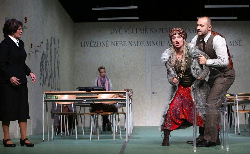 Boj rodičů s třídní učitelkou zachycuje hořká komedie Úča musí pryč!, kterou nově uvádí Jihočeské divadlo.