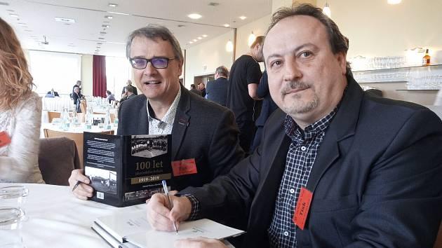 Jihočeský fotbal slaví 100. narozeniny, krásným dárkem je kniha, na snímku její autoři Zdeněk Zuntych (vlevo) a Michal Průcha.