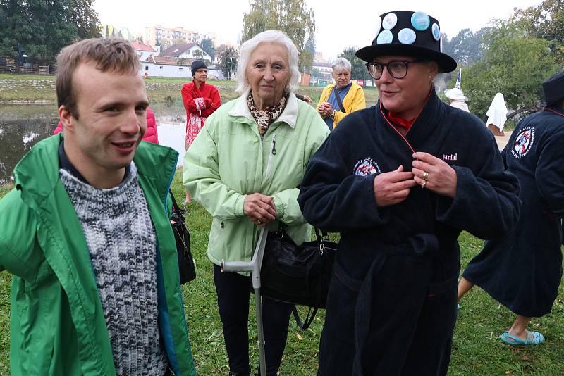 Sezona otužování na Malši zahájena. Spolek Promrzlé pyjavice spolu se svými příznivci zahájil sezonu u Malého jezu v Českých Budějovicích.