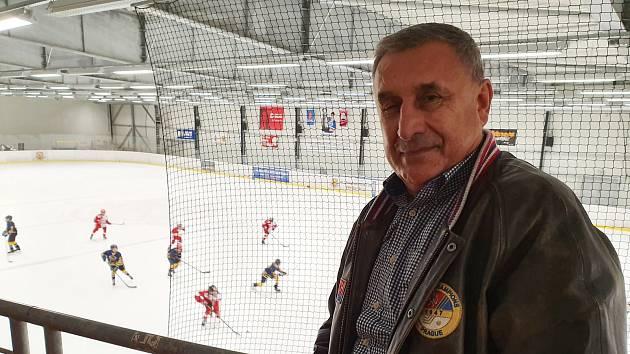 Trojnásobný vítěz Stanley Cupu Jaroslav Pouzar pozorně sledoval turnaj dětí v Hokejovém Centru Pouzar.