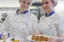 Studentky servírují vlastnoručně připravené mexické pokrmy. Jana Bláhová chile jalapeňo (na snímku vlevo) a Daniela Vrchotová burritos.