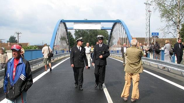 V úterý dopoledne před jedenáctou hodinou silničáři v Roudném a v jeho okolí odstranili značky označující objížďku, a tak první řidiči se už mohli projíždět po zcela novém mostě přes řeku Malši.