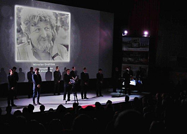 Hlavní cenu si z 15. ročníku Mezinárodního festivalu studentských filmů v Písku odvezl Hajni Kis z Univerzity divadelního a filmového umění v Budapešti za dvacetiminutový dokument Second Floor (Druhé poschodí). Na snímku vzpomínka na Miroslava Ondříčka.
