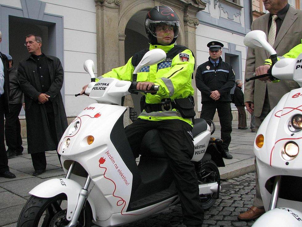 Městští strážníci se budou v ulicích Českých Budějovic prohánět na elektroskútrech.