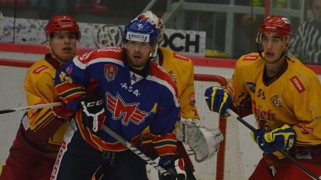 Petr Šachl bojuje před jihlavskou brankou.