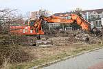 Těžké stroje vyklízejí prostor  ve Čtyřech Dvorech, kde bude stát druhý budějovický Kaufland.