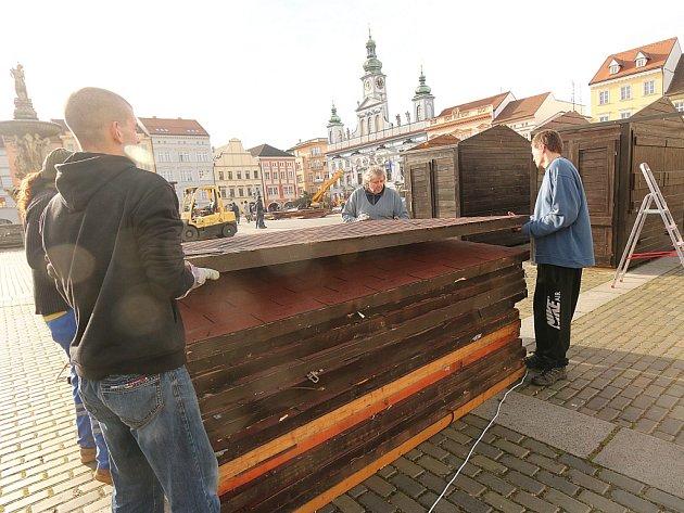 Plné ruce práce mají v těchto dnech dělníci, kteří zajišťují stavbu stánků pro adventní trh na budějovickém náměstí.