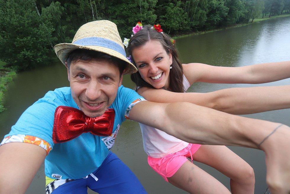 Novomanželé Zavoralovi si řekli své ano na hrázi rybníka v Dobrkovské Lhotce u Trhových Svinů.