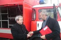 Zachovalá Avie už neslouží temelínským hasičům.Klíče od ní předal Radan Beneš z ČEZ (na snímku vpravo) starostovi Trhových Svinů Pavlu Randovi.