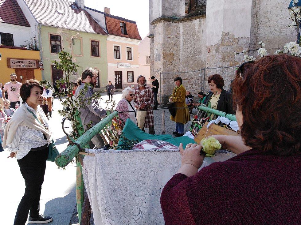 Tradiční hrkání v centru Českých Budějovic uzavřela nedělní svatba.