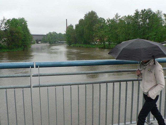 Déšť opět potrápil jižní Čechy. Zvedl i hladinu Vltavy u Sokolského ostrova v Českých Budějovicích.