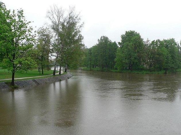Déšť opět potrápil jižní Čechy. Zvedl i hladinu Malše, na snímku řeka v Českých Budějovicích.