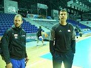 Volejbalisté české reprezentace v dějišti ME v Polsku, vpravo trenér Michal Nekola