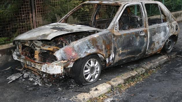 Takto vypadal vypálený Ford Fiesta v Alšově ulici.