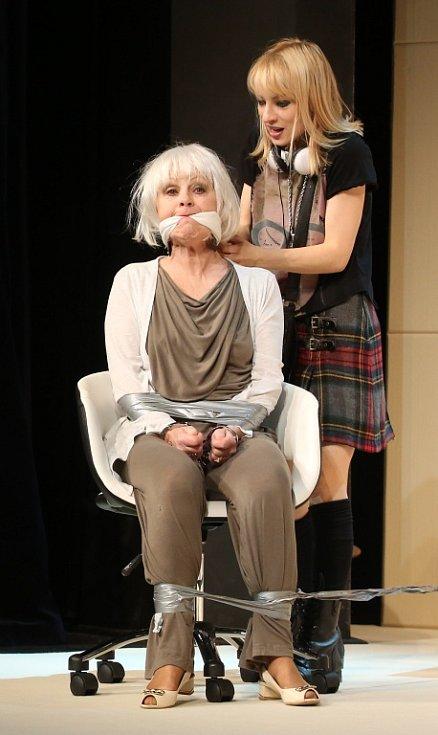 Činohra Jihočeského divadla uvedla 24. dubna premiéru komedie Žena jako druh. Na snímku Teresa Branna, která hraje Molly Rivers, a Bibana Šimonová jako spisovatelka Margot Mason.