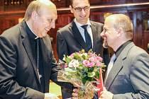 Biskup Pavel Posád (vlevo) předal Cenu charity 2015 Václavu Švarcovi.