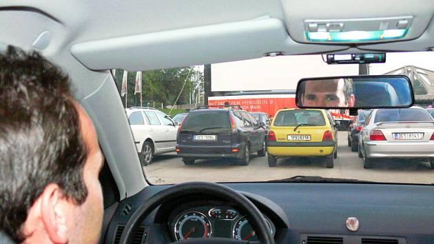 Na našem snímku z loňského roku čeká na promítání snímku Rafťáci řidič Škody Fabia Radim Klíma.