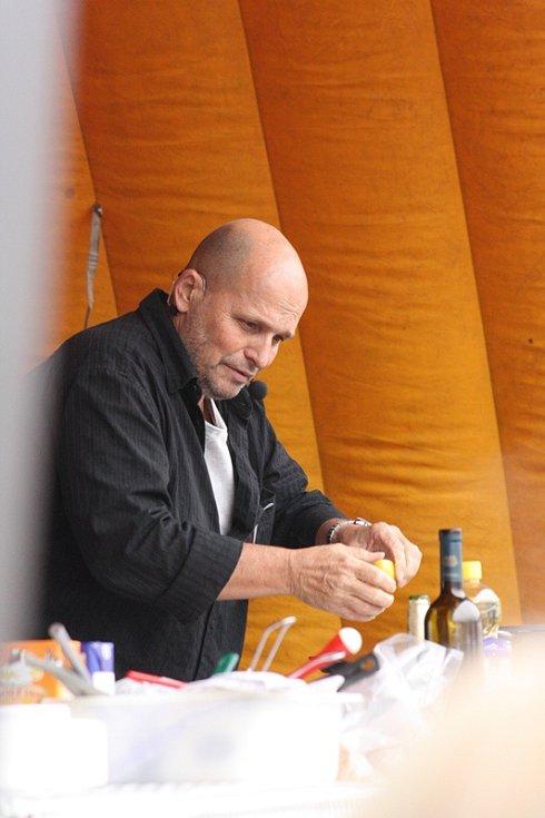 Sobotní food festival Gastrotour na českobudějovickém náměstí Přemysla Otakara II. zpestřil svým vystoupením šéfkuchař Zdeněk Pohlreich.