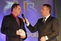 Roman Častoral (vlevo) odpovídá na otázky moderátora Radka Šilhana.
