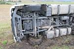 Mezi Krašovicemi a Čížovou na Písecku se v pondělí 28. září v ranních hodinách převrátil kamion se syrovým masem, odtahová služba zde do večera čekala na překládku a vyproštění.