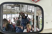 Cestující čekají, až se s nimi rozjede v rámci sobotního dne otevřených dveří českobudějovického dopravního podniku historický trolejbus. Ten návštěvníky provezl od trolejbusové vozovny téměř po celém městě.