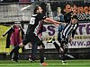 Pečetící gól na 2:0 dal v nastavení střídající Robert Kovaľ, k němuž s gratulací spěchá autor prvního gólu David Ledecký.