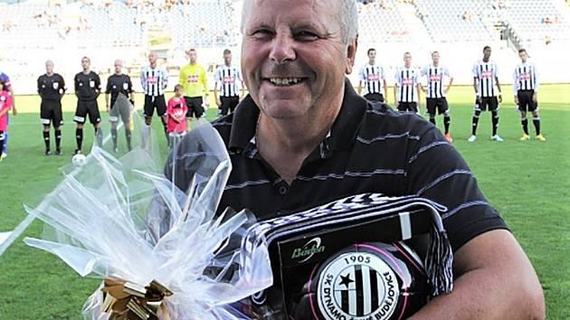 Před vítězným zápasem Dynama s Třincem převzal ke svým sedmdesátinám dárkový koš dlouholetý trenér dynamácké mládeže Jiří Vlček.
