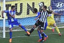 David Ledecký střílí vyrovnávací gól fotbalistů Dynama, kteří ale pak hráli skoro hodinu v oslabení a nakonec Znojmu podlehli 1:2.