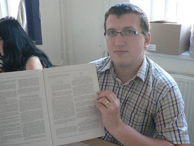 Vbudějovickém Gymnáziu J. V. Jirsíka hlasují voliči hned několika volebních okrsků. Volební zákon je ive francouzštině.