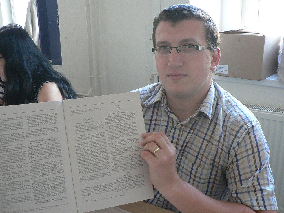 V budějovickém Gymnáziu J. V. Jirsíka hlasují voliči hned několika volebních okrsků. Volební zákon je i ve francouzštině.