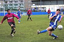 Radim Pouzar (na snímku z nedělní ČFL v Kr. Dvoře vlevo) v derby hrát nebude, v týdnu odešel do Roudného.