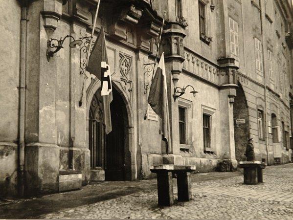 Na půl žerdi musely být svěšeny také vlajky na budově muzea na historickém náměstí vTáboře, když zemřel Reinhard Heydrich. Anastalo nacistické běsnění.
