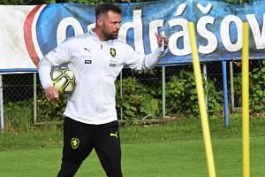 Fotbalisté Dynama Č. Budějovice odcestovali v pondělí na týdenní soustředění do Kaprunu (na nsímku asistent trenéra Jiří Kohout).