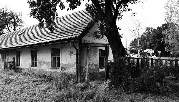 Rychle chátrá strážní domek č. 14vKaplici – nádraží. Ještě na jaře zde žili lidé a štěkal pes, dnes je sklo rozbité, domek opuštěný, rozpadá se ikůlna. Stavba, která patří Českým drahám, doplácí na to, že není na seznamu národních kulturních památek.