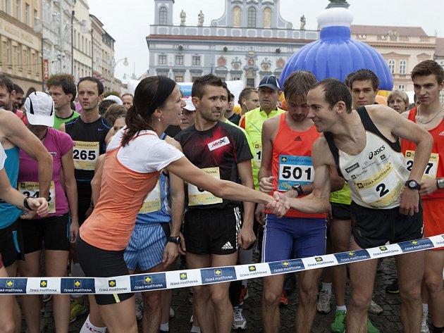 LOŇSKÝ START. Takto se zdravili před startem loňské RunTour vítěz českobudějovického závodu Jan Kreisinger a celková vítězka RunTour 2012 Květa Pecková.