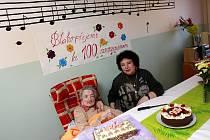 . Významné životní jubileum – sté narozeniny, oslavila v neděli Marie Koloušková z Domova důchodců na Dobré Vodě. Mezi řadou gratulantů byla i její 68letá dcera Marie Dvořáková ze Starých Hodějovic, která podává na snímku mamince slavnostní dort.