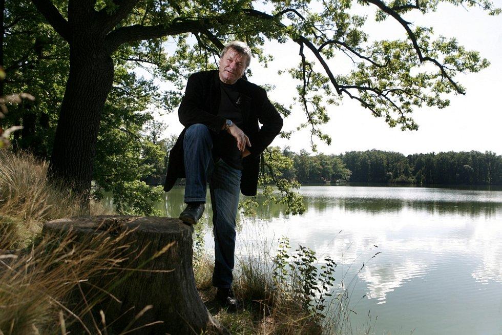 Miroslav Hule, spisovatel žijící v Třeboni, napsal Povídky o rybách a lidech. Na snímku u třeboňského rybníka Svět.