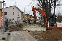 Situace v pondělí 2. března 2015 v Plavské ulici. Rekonstrukce přitom měla být původně hotová již 15. prosince 2014.
