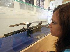 Velkou výstavou si Regionální muzeum Český Krumlov připomíná tři výročí: 125 let muzejních snah ve městě, 100 let od otevření německého muzea a 70 let od založení toho současného.  Jedním z lákadel je japonský meč, před ním kurátorka Vladimíra Podaná.