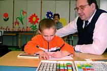 U zápisu musejí příští školáci prokázat, že jsou schopni učivo zvládnout. Počítat do pěti, napsat své jméno tiskace, to by nemělo dětem činit problém.