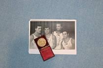 Bedřich Šupčík (na černobílem snímku vlevo) vybojoval pro Československo první zlatou olympijskou medaili v roce 1924 v Paříži.