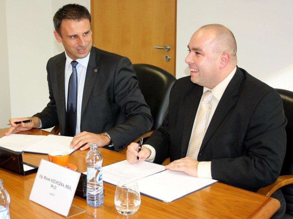 Smlouvu o spolupráci podepsali hejtman Jihočeského kraje Jiří Zimola a rektor Vysoké školy technické a ekonomické v Českých Budějovicích Marek Vochozka.