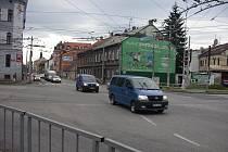 Rudolfovská je permanentně plná aut.
