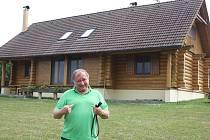 Nádherný srub na Jindřichohradecku postavil Vítězslav Jandák před jedenácti lety. K němu si pořídil i labradora Alberta.