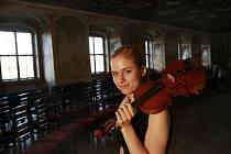 Na snímku houslistka Julie Svěcená z tria Sol de Praga.
