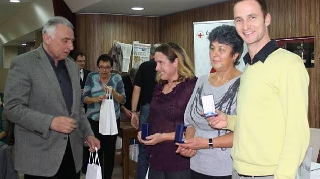 Primář Transfúzního oddělení českobudějovické nemocnice Petr Biedermann (zcela vlevo) předává dárcům drobné dárky. Stříbrnou medaili převzal také Zbyněk Candra z Českých Budějovic (zcela vlevo).