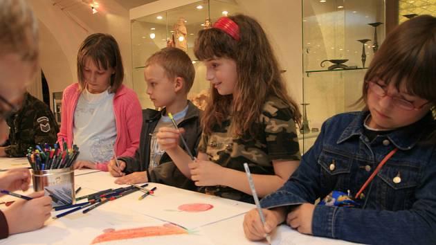 Děti v českobudějovické Galerii Bonaventa poznávají díky tvůrčím dílnám tradiční jihočeská řemesla, jako jsou sklářství, hrnčířství, řezbářství či kovářství.